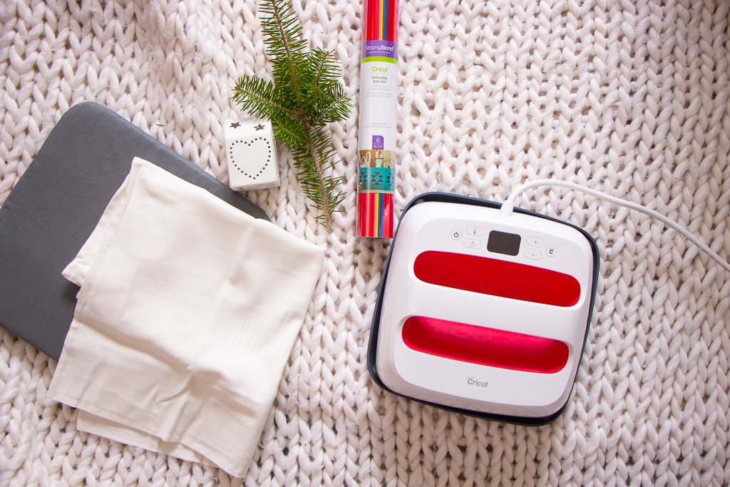 Easy DIY Holiday Pillow - Cricut EasyPress 2